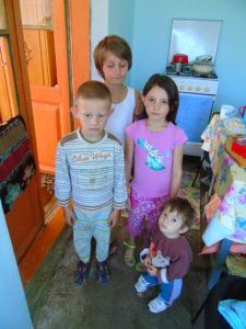 Vier der fünf Geschwister im neuen Zuhause